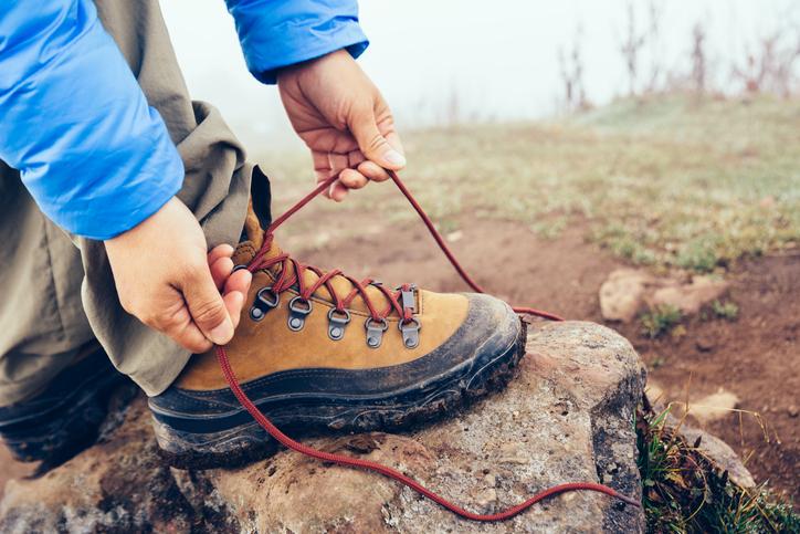 登山靴を結んでいる様子