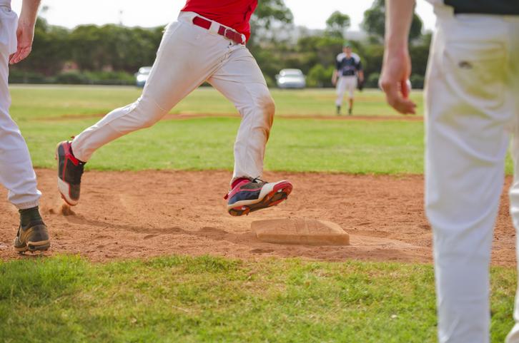 野球スパイクでランニングをしている