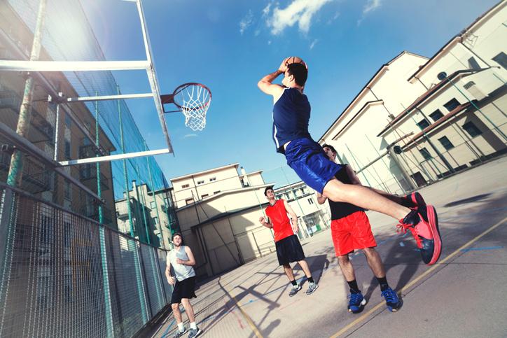 バスケットボールを楽しむ若者