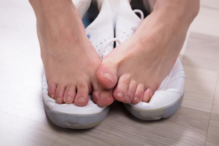 靴を踏む足