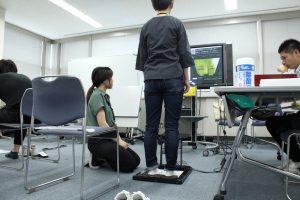 足型測定をする女性