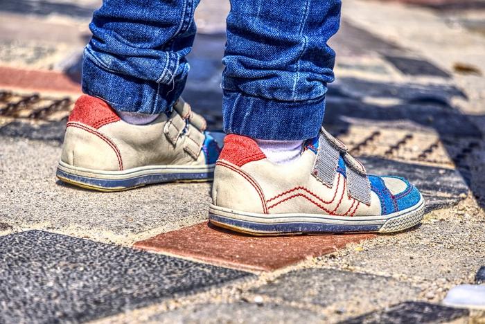 靴を履いた子供の足元